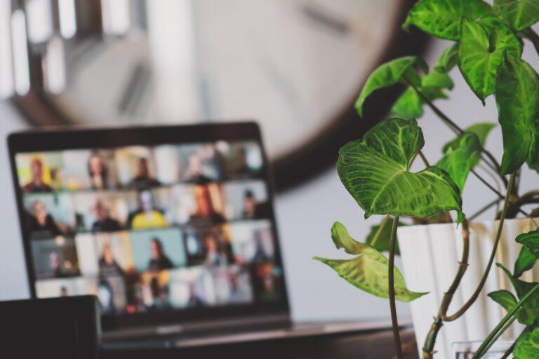 Foto van een online meeting op laptop voor de workshop Leiderschap voor dynamisch organiseren, hoe dan?